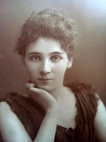 Elizabeth Robins by W&D Downey, c. 1890s
